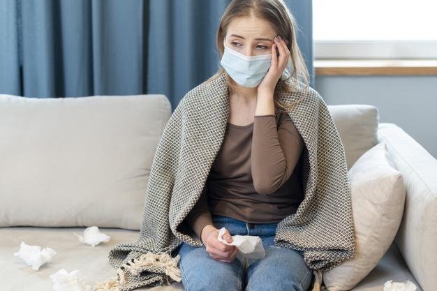 mulher-com-mascara-em-quarentena-e-com-febre